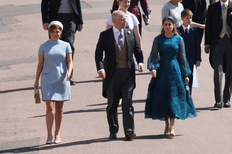 Prinzessin Eugenie und Prinzessin Beatrice (r.) erreichen die Kirche mit ihrem Vater Prinz Andrew.  ©imago/i Images