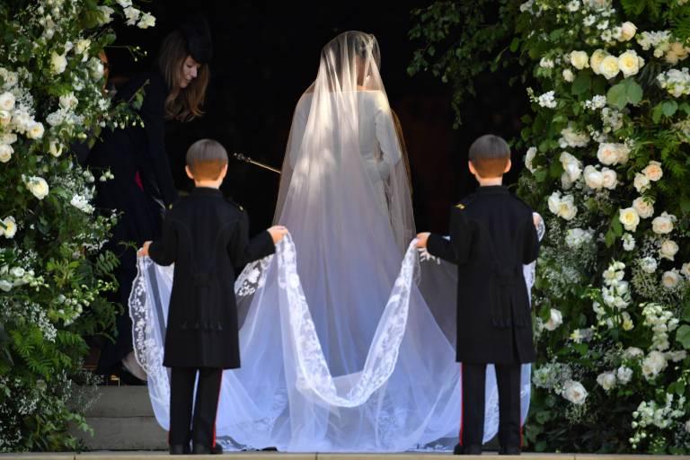 Die Pageboys tragen die mit Spitze verzierte Schleppe der Braut, die insgesamt fünf Meter lang ist.  ©imago/PA Images