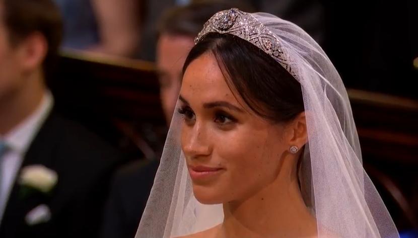 """Herzogin Meghan trägt die """"Queen Mary's Diamond Bandeau Tiara"""". Ihr Make-up ist wie erwartet dezent.  ©Screenshot Live-Übertragung Royal Wedding"""