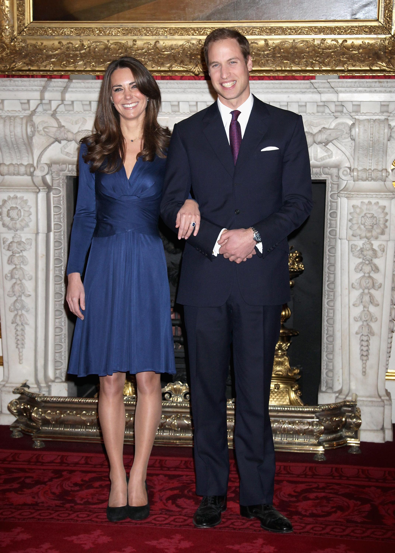 Kate Middleton und Prinz William verkünden ihre Verlobung. Die spätere Herzogin trägt den Verlobungsring von Prinzessin Diana.  ©Getty Images