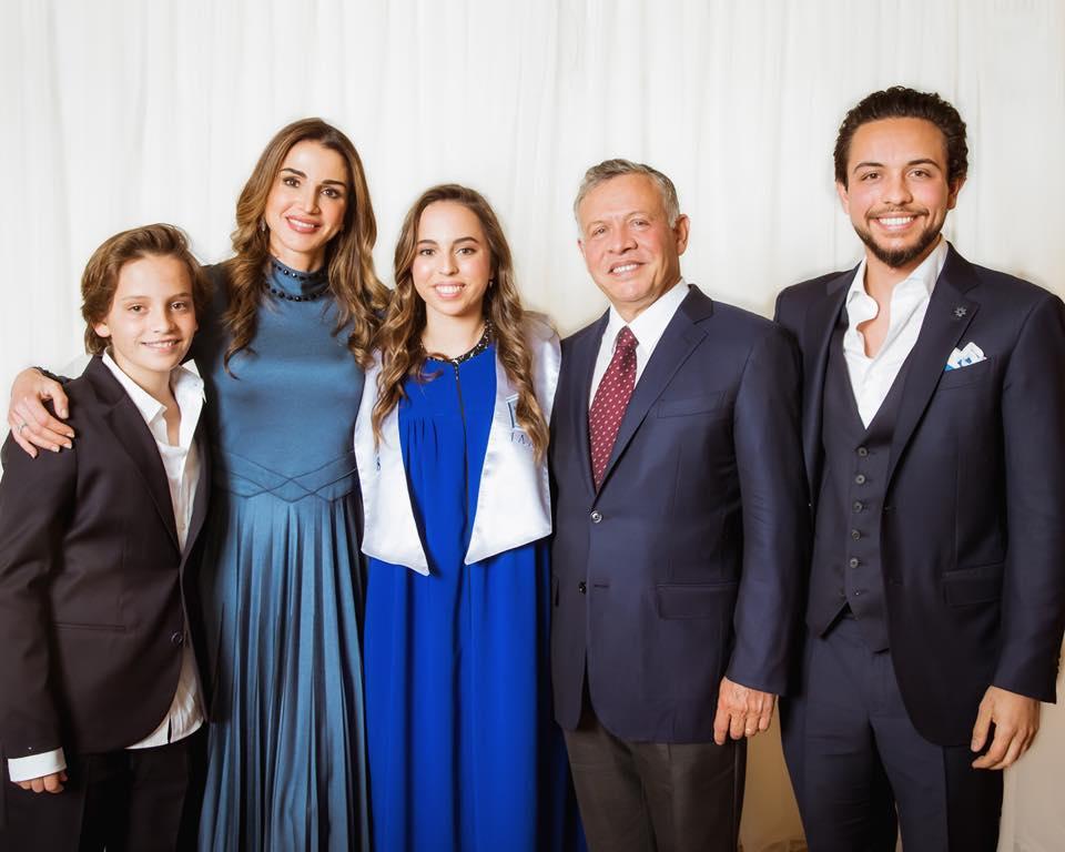 Die jordanische Königsfamilie. Prinz Haschem, Königin Rania, Prinzessin Salma, König Abdullah, Kronprinz Hussein. Tochter Prinzessin Iman fehlt, da sie im Ausland studiert.  ©facebook.com/QueenRania