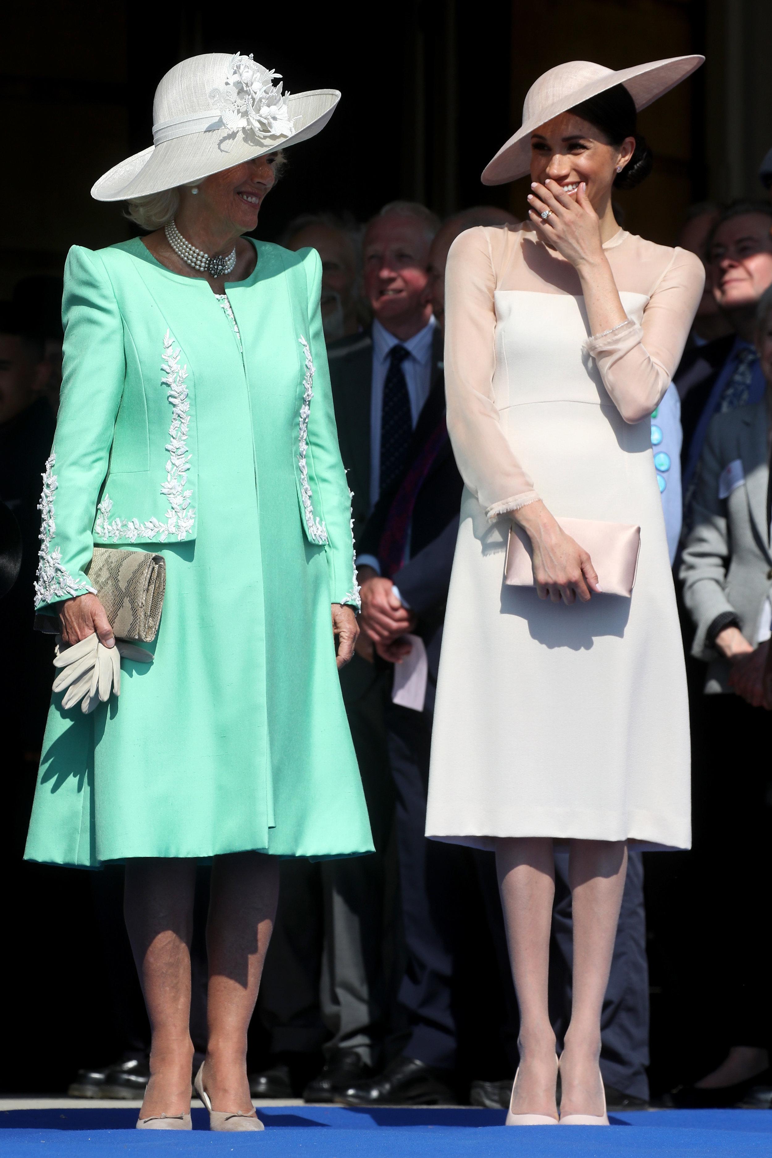 Knielanges Kleid und Strumpfhosen – Herzogin Meghan hat alles richtig gemacht.  ©Getty Images