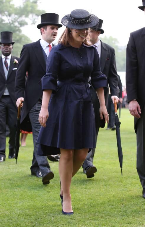 Prinzessin Eugenie trägt ein dunkelblaues Kleid von Palmer Harding für umgerechnet 425 Euro.  ©imago/i Images