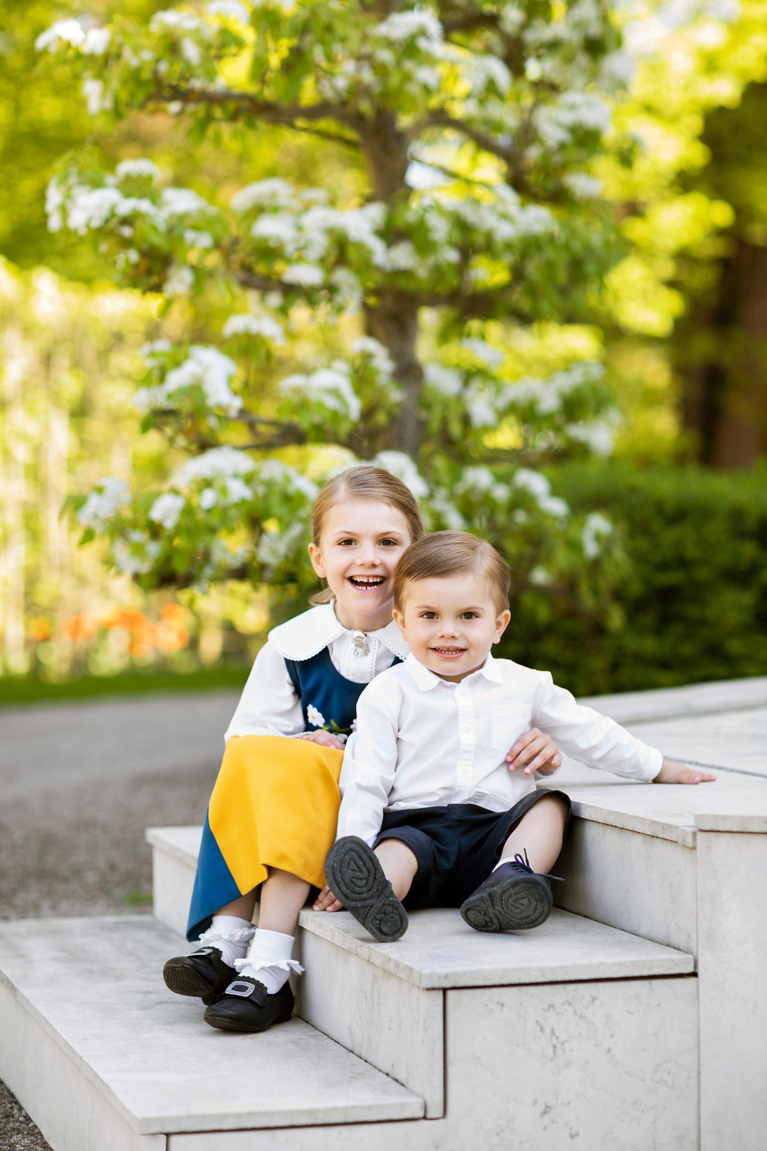 """Estelle legt sanft ihren Arm um ihren Bruder. Da lächelt selbst der kleine """"Grummel""""-Oscar.  ©Linda Broström/Kungahuset.se"""