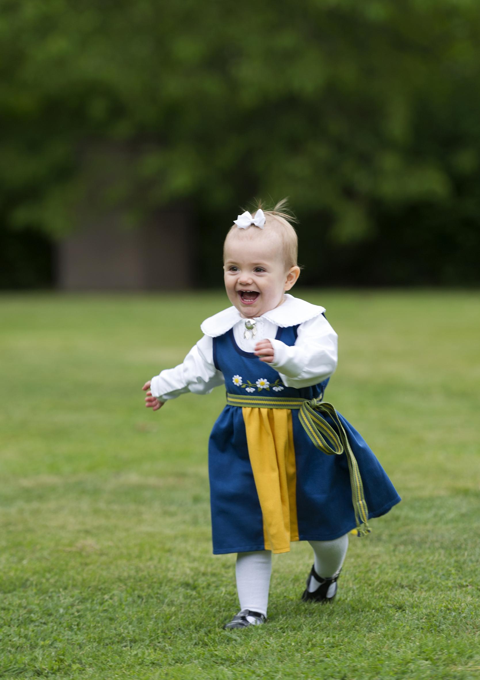 2013: Quietschfidel rennt die einjährige Prinzessin Estelle über die Wiese. Die Schleife hält eher notdürftig im kaum vorhandenem Haar.  ©Erika Gerdemark, Kungahuset.se