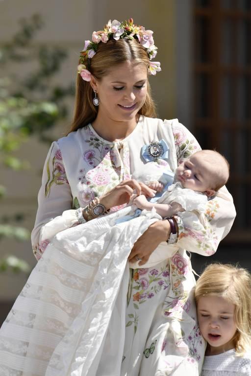Adrienne trug traditionell das Taufkleid von Erbprinz Gustaf Adolf (*1906-1947). Süß: Im Gegensatz ihr ihren Geschwistern hat die kleine Prinzessin pechschwarze Haare.  ©imago/E-PRESS PHOTO.com