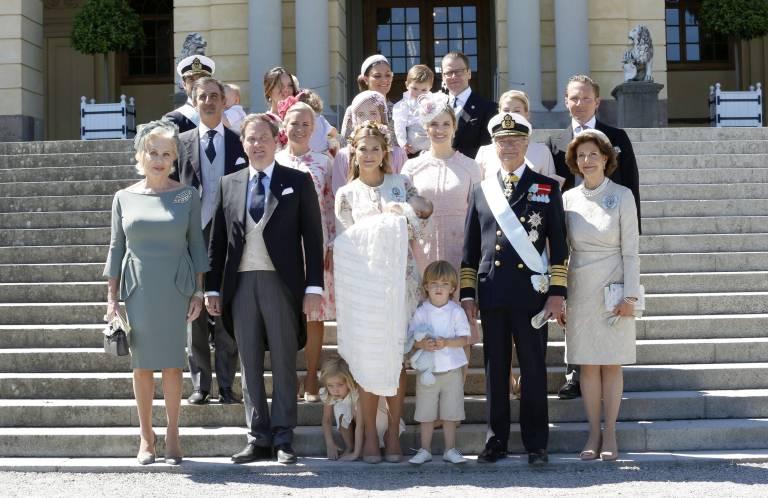 Nach der Taufe posierten Prinzessin Madeleine und Chris O'Neill mit ihren Familien für ein Erinnerungsfoto.  ©imago/E-PRESS PHOTO.com