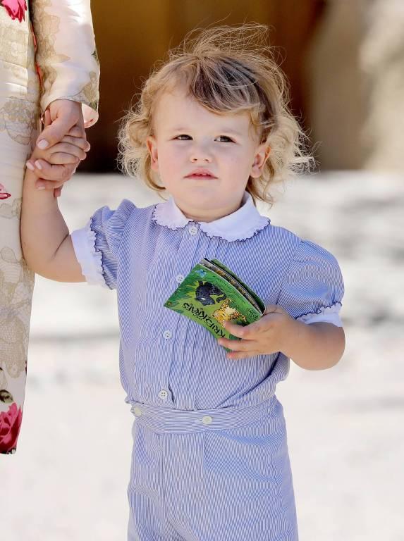 Das Buch von Oma Silvia wollte der niedliche Knirps gar nicht mehr aus der Hand geben.  ©imago/PPE