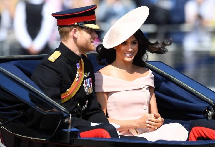 Während der Kutschfahrt erklärte Prinz Harry der Amerikanerin Fakten zu Trooping the Colour.  ©imago/i Images
