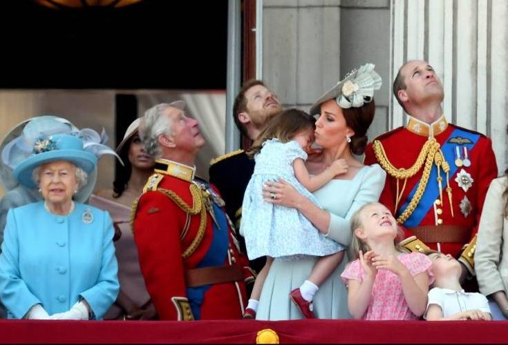 Tränen bei der Militärparade: Charlotte braucht Zuwendungen von ihrer Mama.  ©imago/i Images