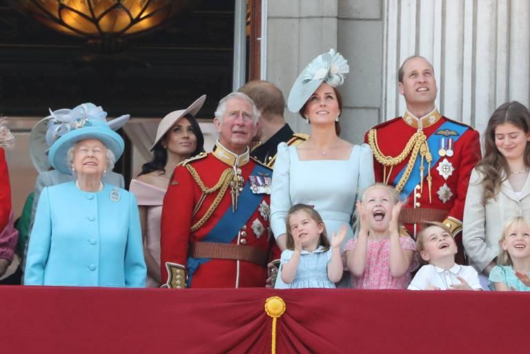 Gespannt beobachtet die Königsfamilie die Flugzeugparade am Himmel.  ©imago/i Images