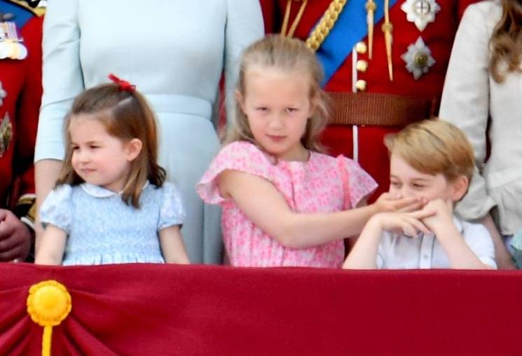 Während der Flugzeugparade verbietet die Siebenjährige dem künftigen König den Mund.  ©imago/i Images