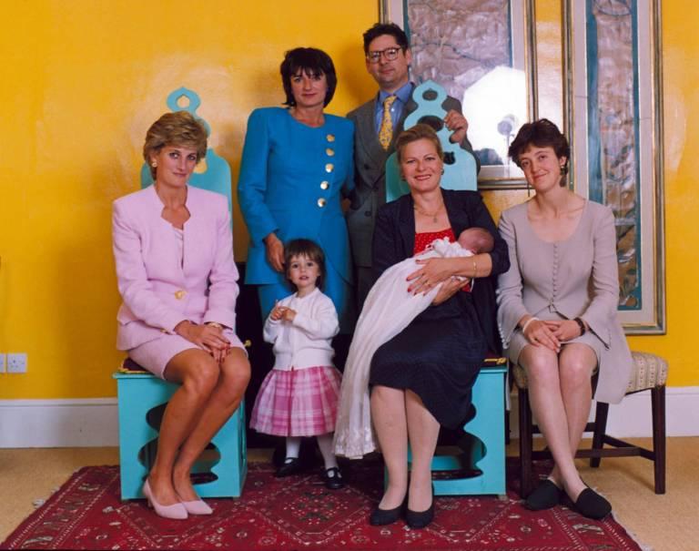1995: Prinzessin Diana bei der Taufe von Domenica Lawson. Ihre Eltern Rosa Monckton und Dominic Lawson sind im Hintergrund zu sehen.  ©imago/ZUMA Press