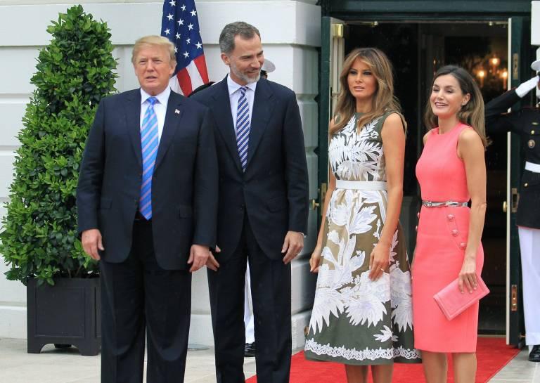 Von dem Drama in ihrer Heimat lassen sich König Felipe und Königin Letizia beim Treffen mit Präsident Trump und seiner Frau Melania nichts anmerken.  ©imago/Agencia EFE