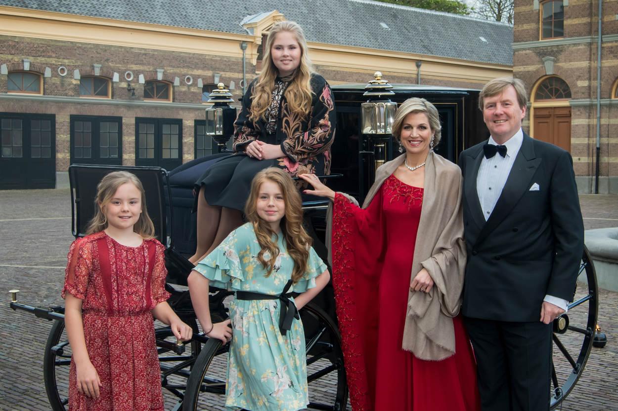 Alle Hände voll zu tun: Das Königspaar und seine Töchter müssen nun sieben kleine Welpen versorgen.  © RVD - Jeroen van der Meyde