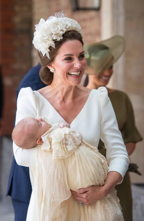 Herzogin Kate strahlt bei der Taufe von Prinz Louis.  ©imago/i Images