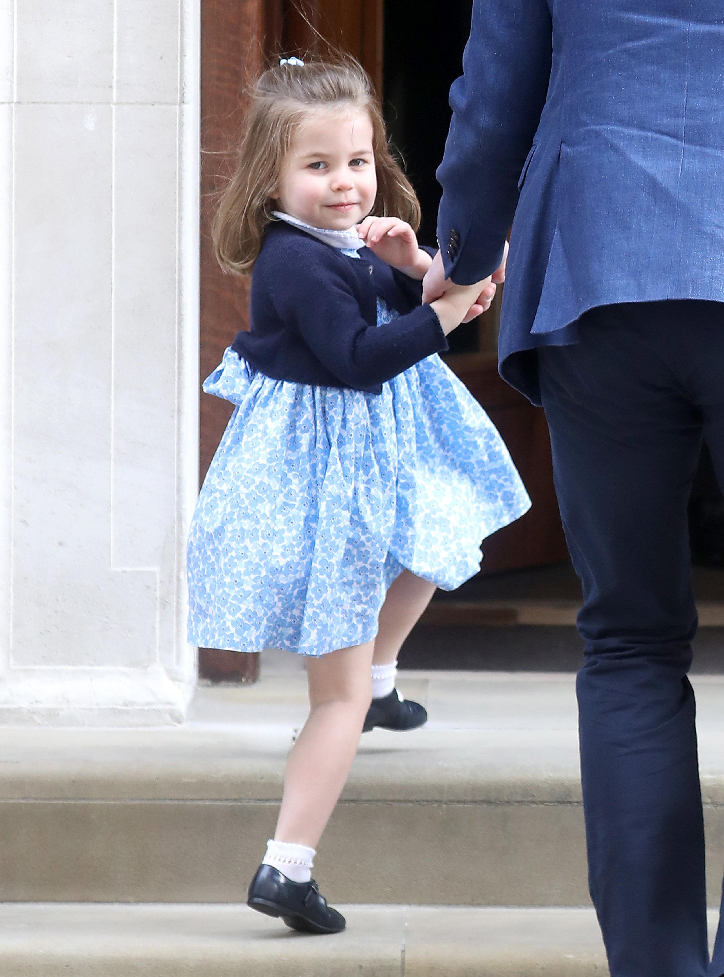 """Besuch im Krankenhaus beim neugeborenen Prinz Louis. Prinzessin Charlotte trägt ein Kleid von """"Little Alice London"""". Die Firma gehört einer alten Schulfreundin von Herzogin Kate.  ©Getty Images"""