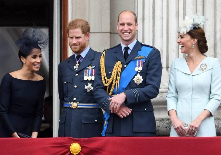 Gute Laune: Herzogin Meghan und Herzogin Kate amüsieren sich prächtig den Feierlichkeiten zum 100-jährigen Bestehen der Royal Air Force.  ©imago/i Images