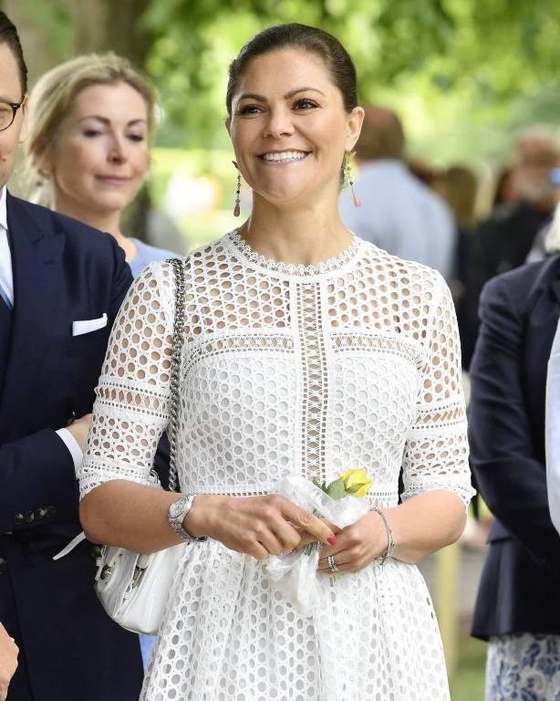 Am Geburtstag bekommt Kronprinzessin Victoria von Prinz Daniel und ihren Kindern ein Geburtstagslied gesungen.  ©imago/IBL