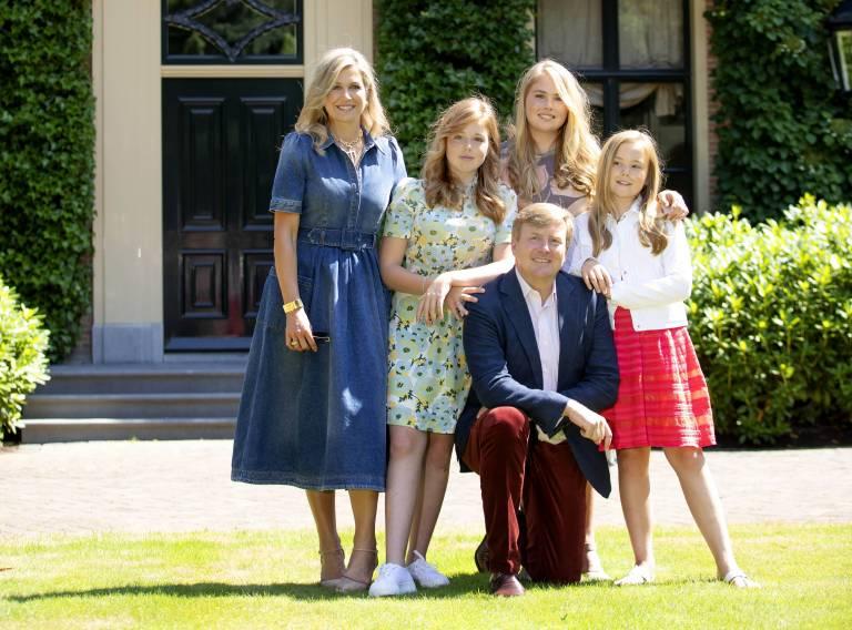 König Willem-Alexander ist beim Sommershooting wieder einmal der Hahn im Korb.  ©imago/PPE