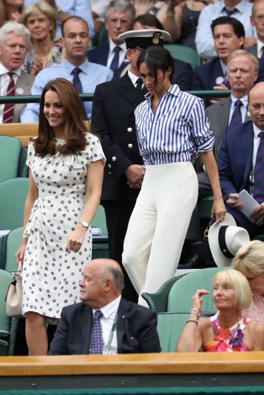 Da wird das Tennisspiel kurz zur Nebensache. Die Zuschauer blicken gespannt auf Kate und Meghan.  ©imago/i Images