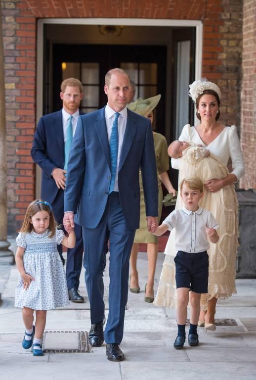 Herzogin Kate und Prinz William mit ihren Kindern auf dem Weg in die St.James's Kapelle.  ©imago
