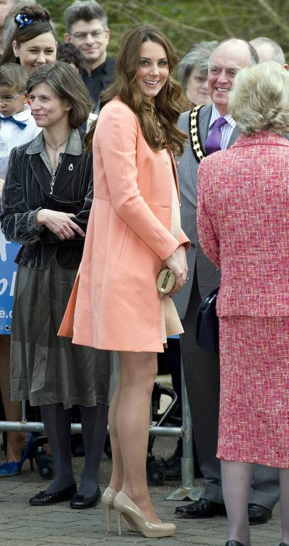 Orange ist das noch nicht, aber immerhin die Farbe Lachs trug Herzogin Kate im Jahr 2013.  © imago/i Images