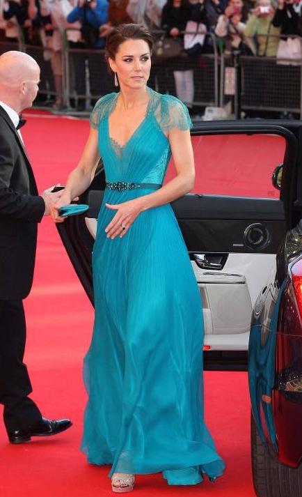Herzogin Kate 2012 in einem petrolfarbenem Abendkleid.  © imago/i Images
