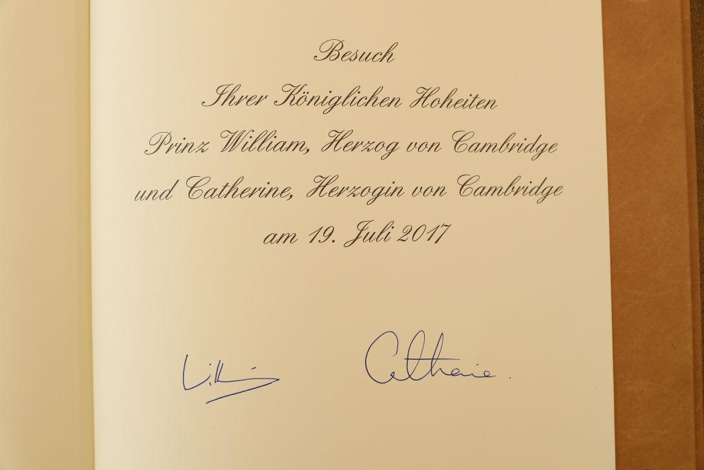 Prinz William und Herzogin Kate unterschrieben im Goldenen Buch der Stadt Berlin.  ©Getty Images