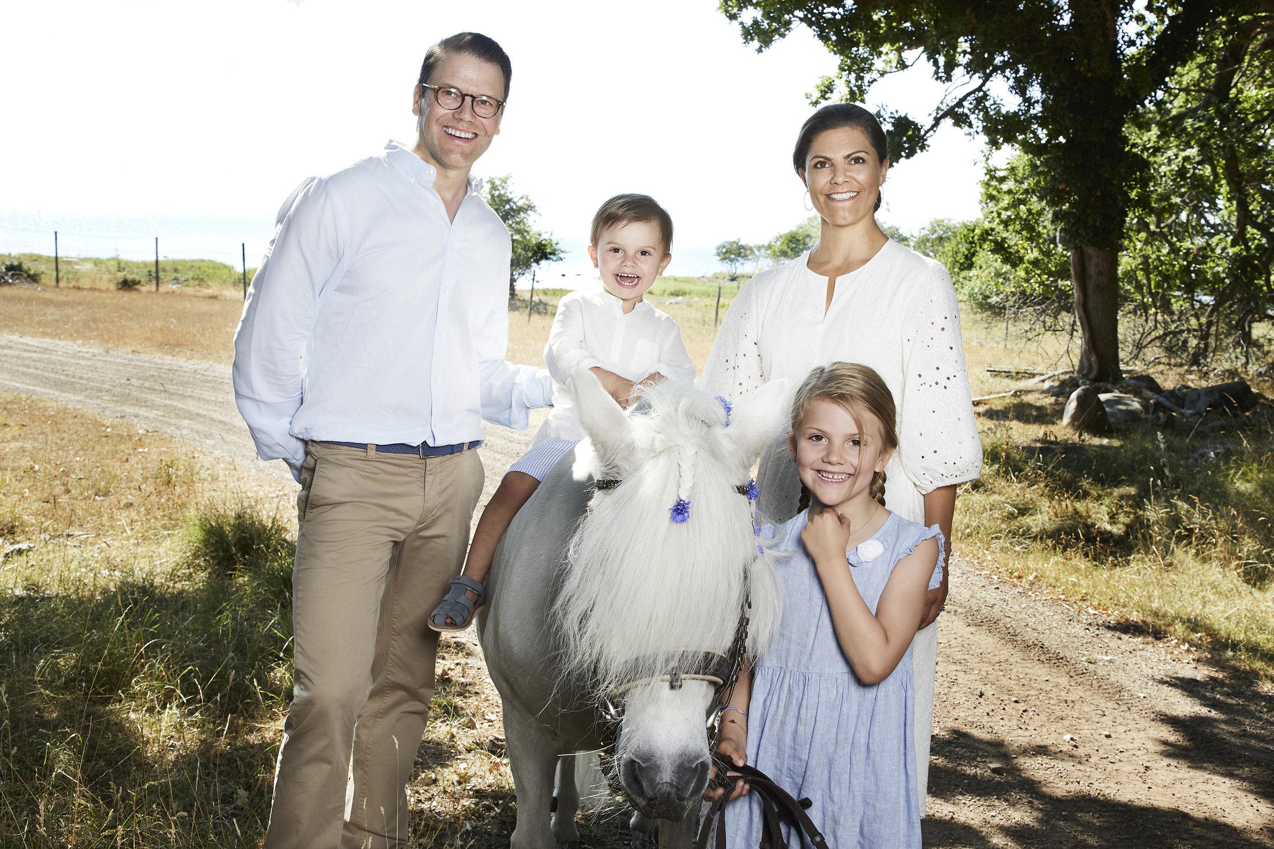 Das macht Spaß! Prinz Oscar reitet auf einem Pony. Victoria und Daniel halten ihn aber zur Sicherheit fest.  ©Anna-Lena Ahlström / Kungahuset.se