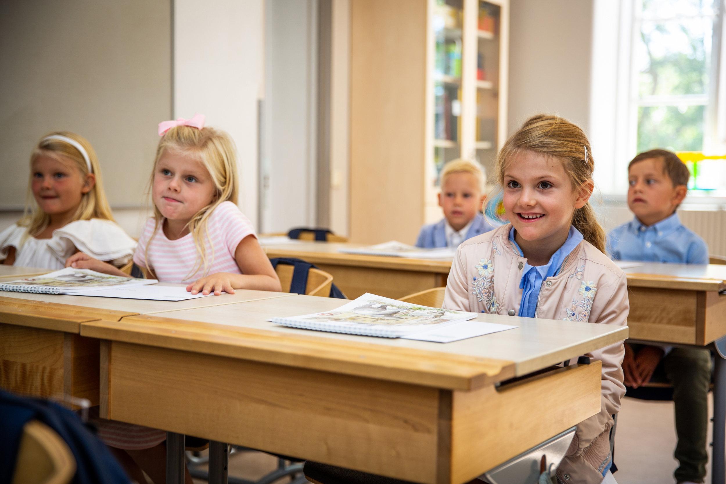 Prinzessin Estelle hört neugierig zu, was die Lehrkraft sagt.  ©Raphael StecksénKungahuset.se