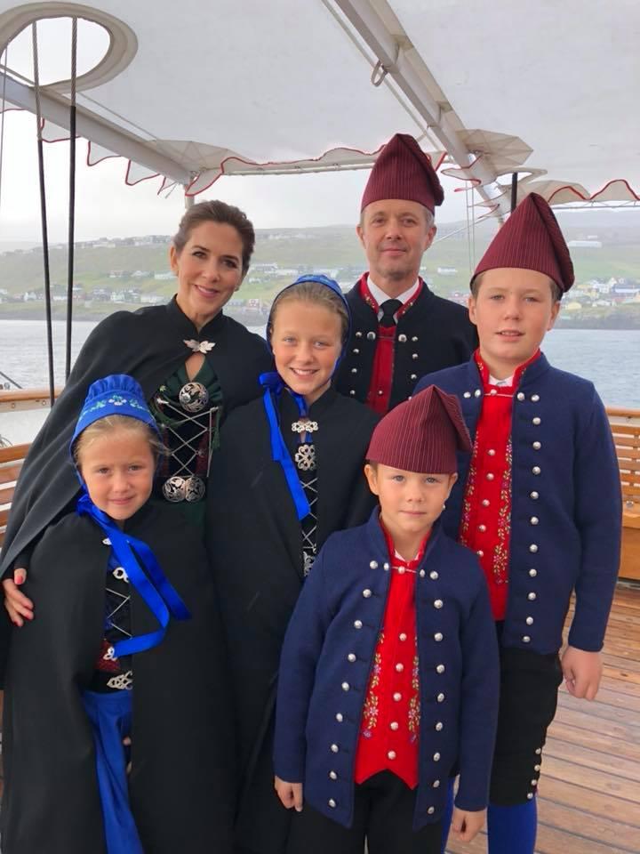 Kronprinzessin Mary und Kronprinz Frederik, sowie ihre vier Kinder Prinz Christian, Prinzessin Isabella, Prinzessin Josefine und Prinz Christian tragen die färöische Volkstracht.  ©Kongehuset