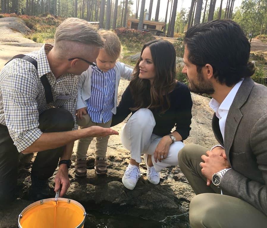 """""""Was ist denn das?"""", scheint sich Prinz Alexander bei Besuch im Naturschutzgebiet zu fragen.  ©Kungahuset"""