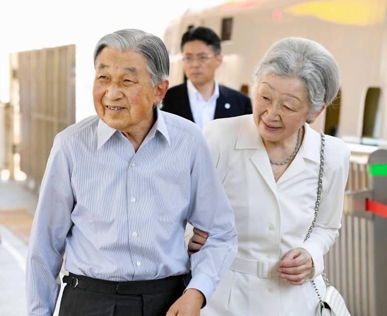 Kaiser Akihito und Kaiserin Michiko lernten sich auf dem Tennisplatz kennen.  ©imago/Kyodo News