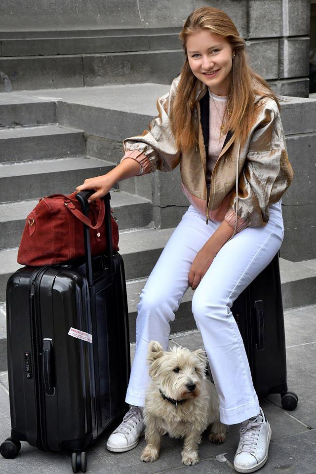 Prinzessin Elisabeth sitzt bereits auf gepackten Koffern. Nun kann das größte Abenteuer ihres Lebens losgehen.  ©Koninklijk Paleis