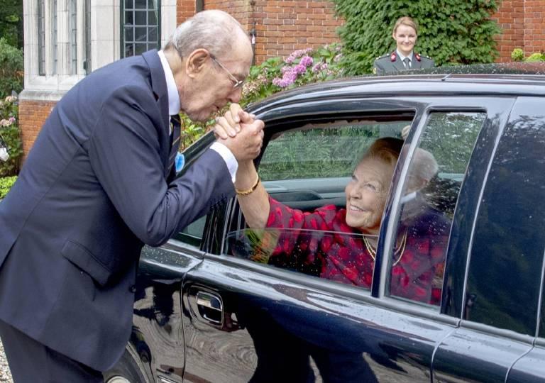 Prinzessin Beatrix ist sichtlich angetan von dem ehemaligen Generalmajor. Ob sie noch einmal eine neue Liebe findet?  (©imago/PPE)