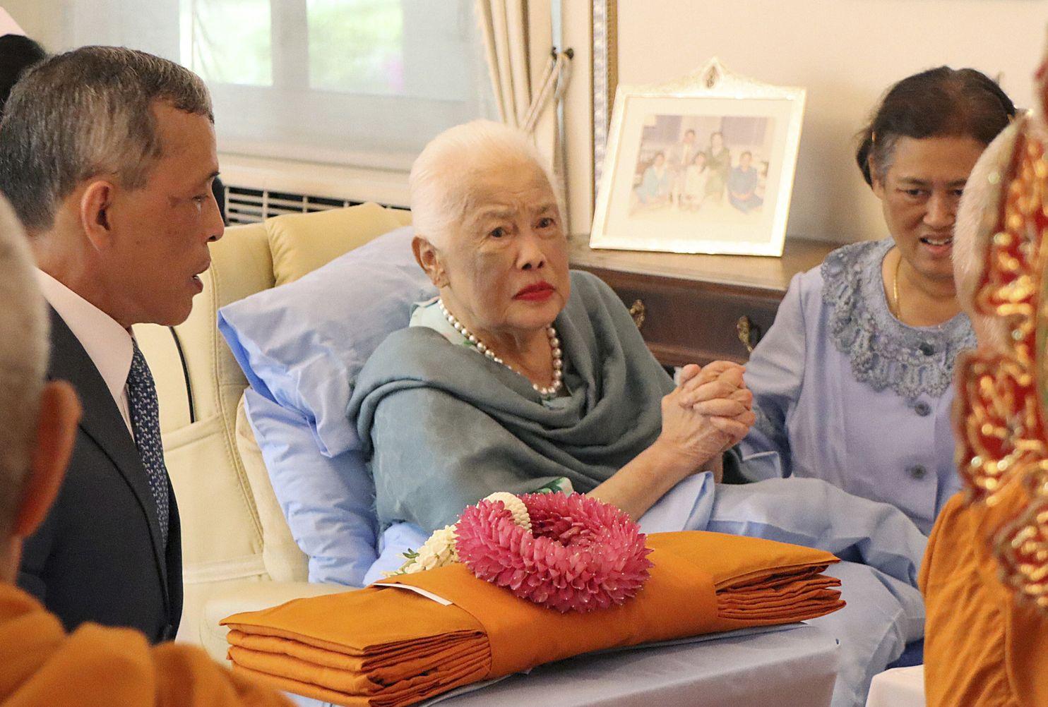 Königin Sirikit (m.) konnte das Krankenhaus wieder verlassen.  ©The Royal Household Bureau