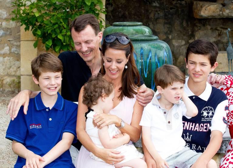 Ein Foto aus dem Jahr 2014. Prinz Nikolai (r.) mit seinem Vater Prinz Joachim, seiner Stiefmutter Prinzessin Marie, seinem Bruder Felix (li.) sowie seinen Halbgeschwistern Athena und Henrik.   © imago/PPE