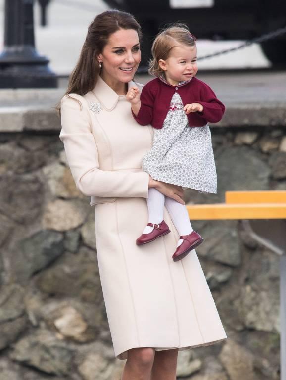 Beim Staatsbesuch in Kanada trug Prinzessin Charlotte ein niedliches Outfit in Weiß und Weinrot. ©imago