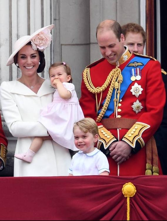 Die riesige Blume im Haar von Herzogin Kate passt zu dem Kleid ihrer Tochter.  ©imago