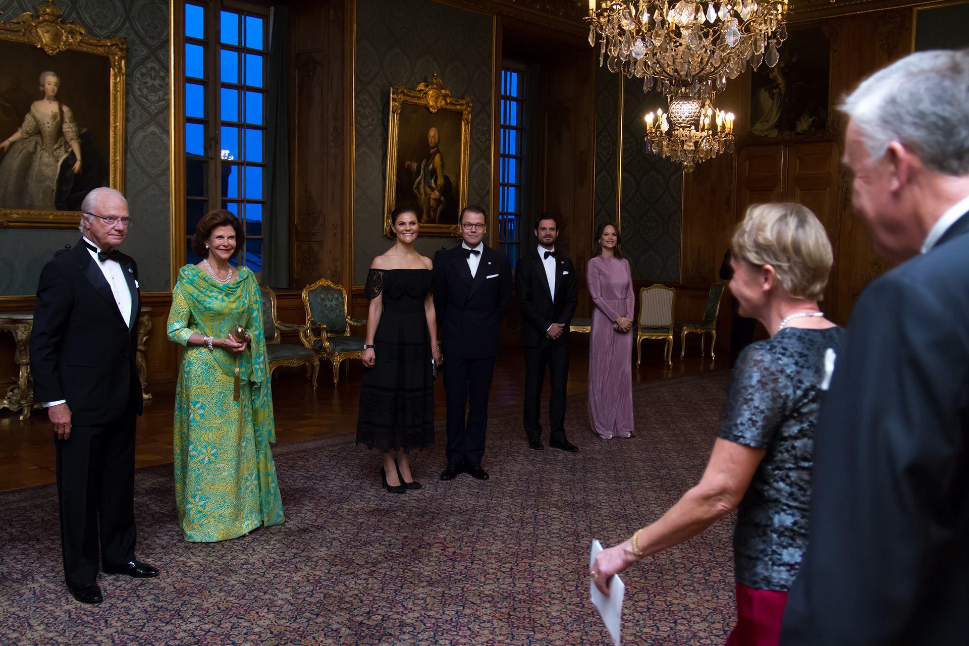 Die schwedische Königsfamilie begrüßt die geladenen Gäste zum Schwedendinner. Kronprinzessin Victoria strahlt besonders schön.  ©Henrik Garlöv/Kungahuset.se