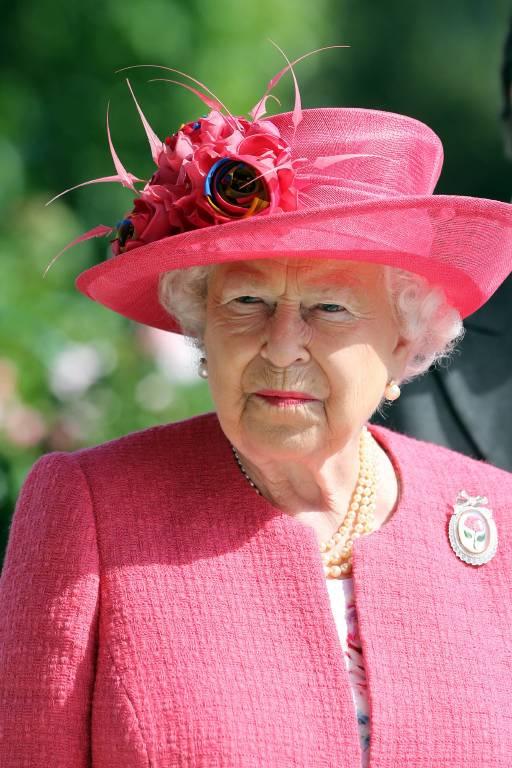 """Queen Elizabeth ist verärgert über eine Szene zwischen Philip und Charles in """"The Crown"""".  ©Imago/Frank Sorge"""