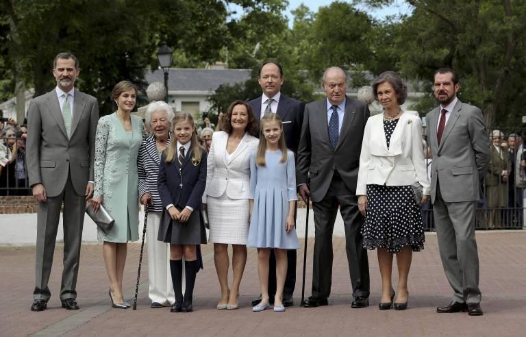 Die Familie von Königin Letizia: Ihre Oma Maria del Carmen Alvarez del Valle (3.v.l.), ihre Mutter Paloma Rocasolano Rodríguez (5.v.l.) und ihr Vater Jesús Ortiz Álvarez (r.) ©imago/Agencia EFE