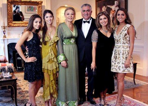 Farah, Noor, Farah Diba, Reza, Yasmine und Iman (v.l.n.r.)  ©Yasmine Pahlavi via Facebook