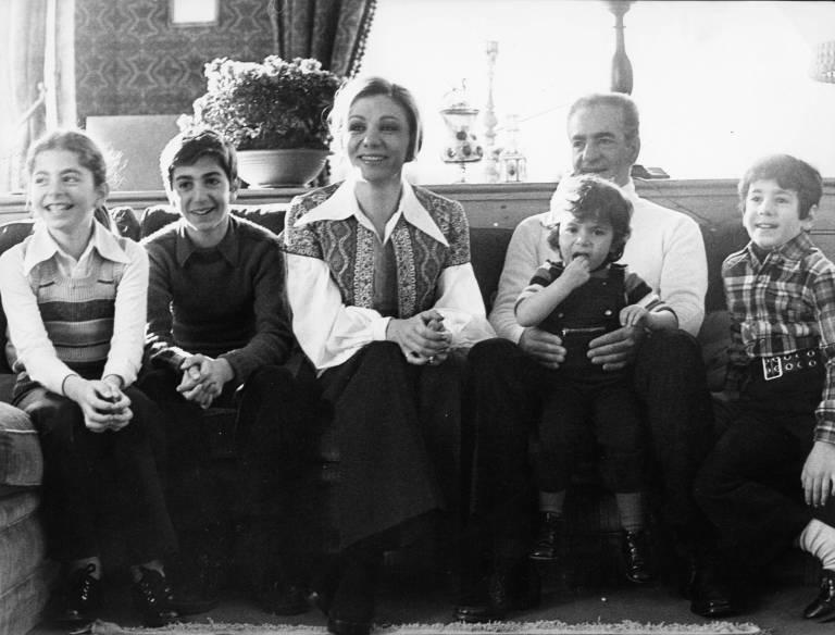 Ein Bild aus glücklichen Tagen: Farahnaz, Reza, Farah Diba, der Schah mit Tochter Leila sowie Sohn Ali-Reza (v.l.n.r.) in London im Jahr 1972. ©imago