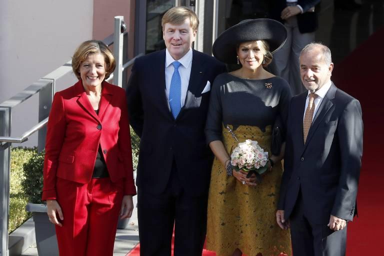 Ministerpräsidentin Malu Dreyer und ihr Ehemann Klaus Jensen begrüßen das Königspaar vor der Staatskanzlei in Mainz.  ©imago/biky