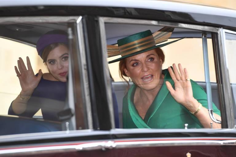 Beatrice und Fergie winken den Menschen.  ©imago