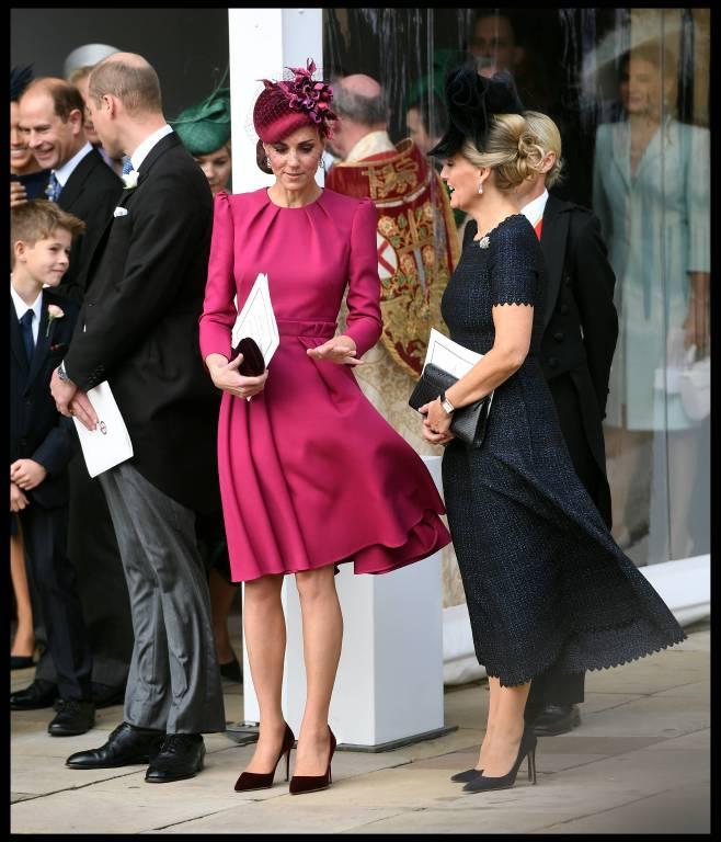 Auch Herzogin Kate machte der Wind Probleme. Ihr Kleid wurde immer wieder hochgewirbelt.  ©imago