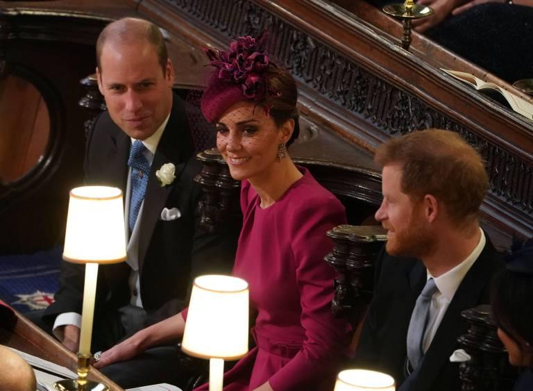 Liebesbeweis: Während der Trauung gingen Prinz William und Herzogin Kate fast unbemerkt auf Kuschelkurs.  ©imago
