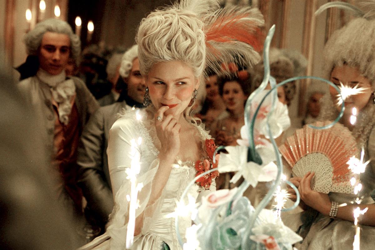 Es ist nur auf den ersten Blick eine Traum-Ehe zwischen Marie Antoinette (Kirsten Dunst) und Ludwig XIV. Die Heirat hatte vor allem politische Gründe. Die junge Österreicherin fühlt sich zunehmend als Fremdkörper unter dem strengen französischem Adel. Das Luxusleben in prächtigen Gewändern, der teure Schmuck, die prunkvollen Feste und Veranstaltungen sind nur flüchtiger Trost.  © Sony